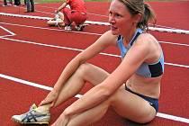 V tváři Lucie Sárové se spolu s únavou mísí také radost z nového osobáku i rekordu novoměstského stadionu v běhu na 800 metrů.