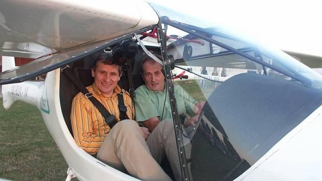 Bystřický senátor Josef Novotný (vpravo) vzal místopředsedu vlády na vyhlídkový let.