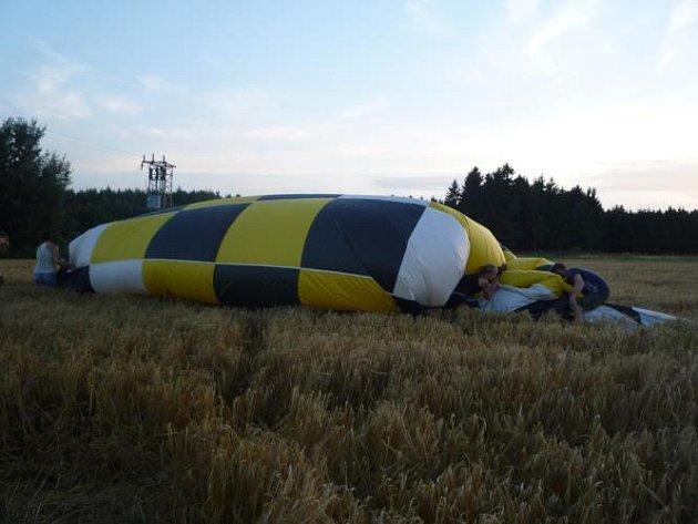 Pole mělo podle ohlašovatele začít hořet od drátů elektrického vedení, které zpřetrhal balon.