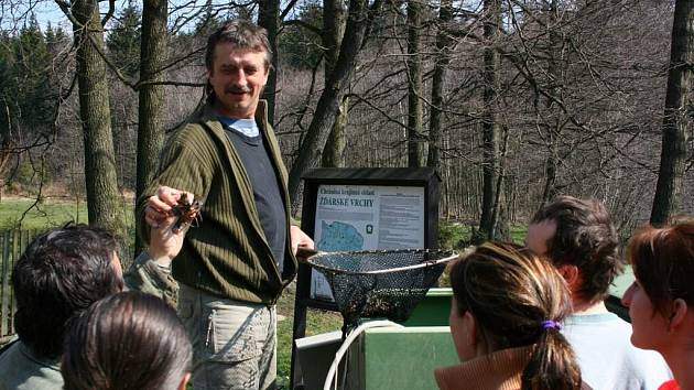 Na vypouštění raků do rybníka Jordán v Račíně se přišla podívat většina místních.