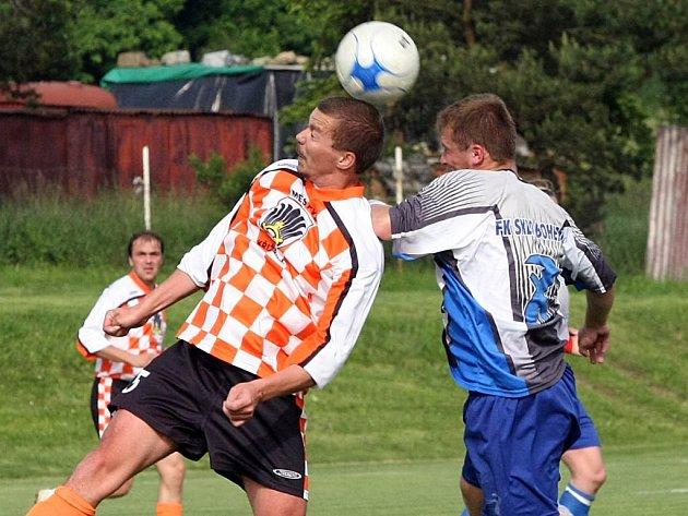 Fotbalisté Křižanova (v kostkovaném) si jako nováček I. A třídy připsali premiérovou výhru. Zvítězili na hřišti Bohdalova.