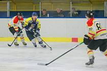 Po uplynulém víkendu jsou hokejisté Velké Bíteše (v modrých dresech) velmi blízko postupu do play-off.