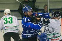 Hokejisté Velkého Meziříčí (v modrém) se zkraje prvního utkání semifinálové série proti Uničovu střelecky trochu trápili, poté však již na domácím ledě bez větších problémů naplnili roli favorita.