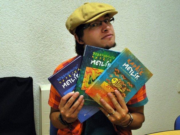 Opatřilovo jméno je podepsáno pod třemi díly příběhů kapra Metlíka a jeho přátel. Mladý spisovatel ze Žďáru nad Sázavou ale už stihl vydat Hororové povídky a právě dokončil román Desatero.