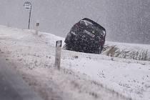 Čerstvý sníh komplikoval dopoledne 1. prosince dopravu po celé Vysočině. Na snímku je dopravní nehoda nedaleko Třeštice na Jihlavsku.