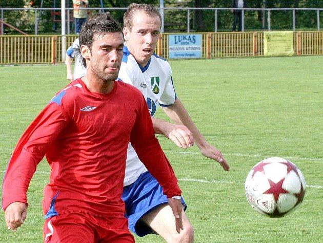 Emil Pospíchal (v červeném dresu) se do ždírecké sítě trefil třikrát.