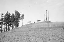 Na historické fotografii, která byla pořízena po ukončení první světové války, je vrchol kopce Kalvárie zalesněný jen z malé části.
