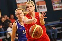 Rozehrávačka žďárských žen Marcela Skořepová přihrává spoluhráčce do vyložené střelecké pozice.