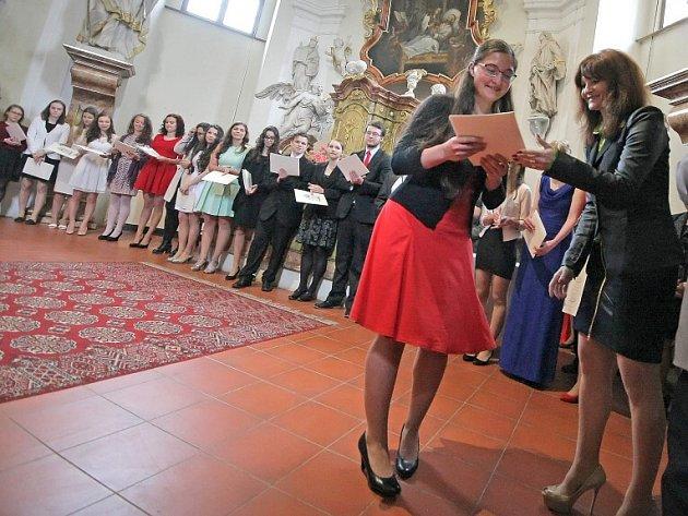 Svým studentům slavnostně předali maturitní vysvědčení učitelé Biskupského gymnázia a Střední školy gastronomické Adolpha Kolpinga v kapli svaté Barbory ve Žďáře nad Sázavou.