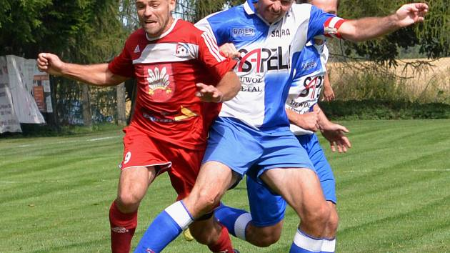 Na fotbalisty rezervy Velkého Meziříčí (v červených dresech) by měly čekat relativně klidné jarní odvety.