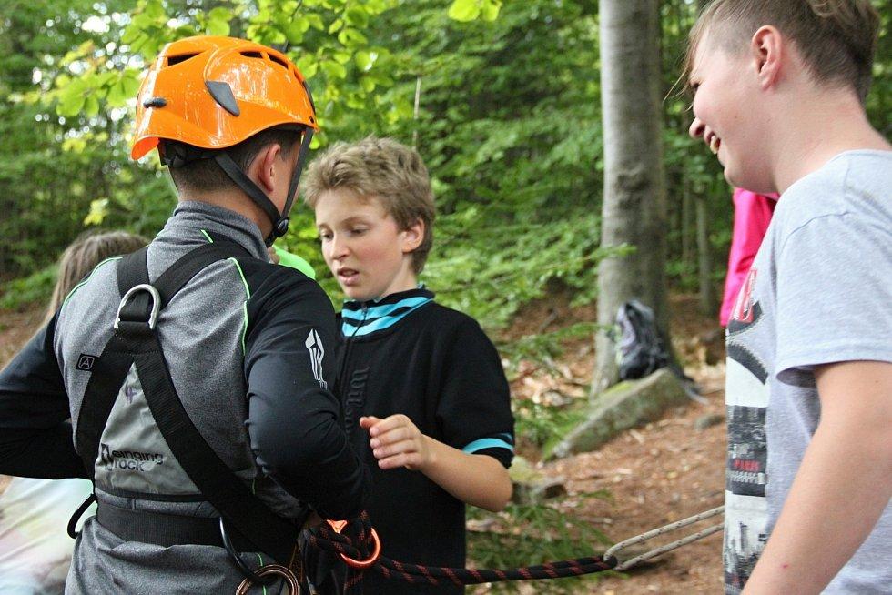 Skalní lezení se těší velké oblibě.