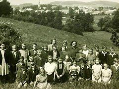 Fotografie dětí s učitelkou Eliškou Indrovou - Čejkovou uprostřed.