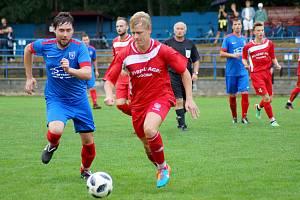 Fotbalisté Radešínské Svratky (v modrém) zahájili přípravu hned na začátku roku, béčko Nového Města (v červeném) až nyní.