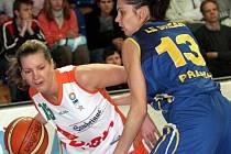I v novém ligovém ročníku se budou utkávat brněnská Eva Vítečková (vlevo) se Sandrou Le Dréanovou, francouzskou reprezentantkou v barvách pražského USK.