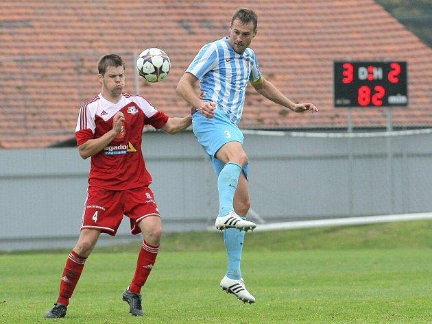 Mezi velkomeziříčské střelce se v utkání s vedoucím Prostějovem zapsali i oba stopeři. Vedle Jana Šimáčka se prosadil i Patrik Mucha (v červeném v souboji s hostujícím kapitánem Karlem Kroupou).