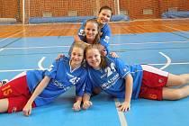 Extraligové mladší dorostenky BK Žďár nad Sázavou a reprezentantky gymnázia Žďár nad Sázavou Lada Štěpánková (nahoře), Kateřina Gregarová (uprostřed), Zuzana Holéczyová (vlevo) a Lucie Kopicová (vpravo).