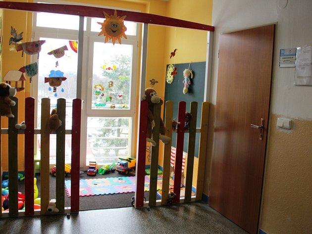 Aby se nejmenší návštěvníci Městského úřadu ve Žďáru nad Sázavou nenudili, mají k dispozici dětský koutek. Nachází se ve třetím poschodí radnice a děti čekajících klientů v něm najdou kromě hraček i potřeby pro malování.