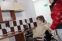 Dva nové domky pro celkem dvanáct klientů Ústavu sociální péče v Křižanově včera odpoledne slavnostně otevřeli v Bystřici nad Pernštejnem. Jedná se o osoby, které jsou s podporou ošetřujícího personálu schopny žít život podobný jako ostatní zdraví lidé.