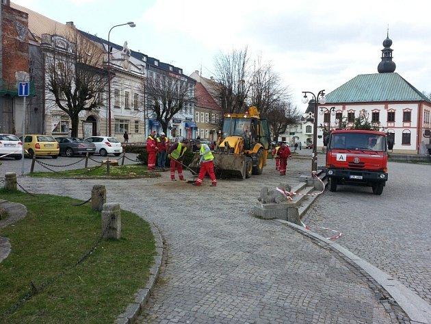 Dělníci ve čtvrtek a pátek na náměstí Republiky ve Žďáře nad Sázavou pokáceli stromy, se kterými se v nové podobě centra okresního města už nepočítá. Zeleně ale na konci přestavby náměstí, která skončí nejpozději v polovině roku 2015, bude více.