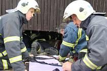 Jednu ze soutěžních disciplín absolvovali dobrovolní hasiči v Kuklíku. Zadání znělo vyprostit zraněnou osobu ze stísněného prostoru zpod pódia.