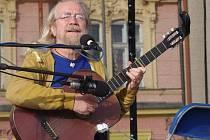 Na již čtvrté Velkomeziříčské kulturní léto zavítají začínající i známí hudebníci a umělci. Jaroslav Hutka (na snímku) posluchačům hrál i minulý rok.