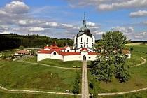 Památný strom stráží kostel svatého Jana Nepomuckého.