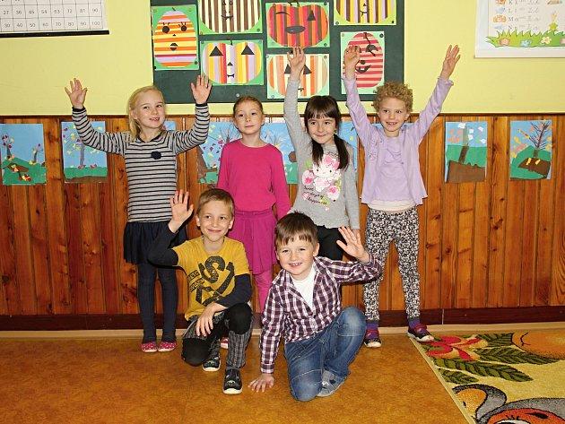 Na fotografii jsou žáci ze Základní školy vPohledci. První třída paní učitelky Marie Kučerové. Příště představíme prvňáčky ze ZŠ ve Strážku.