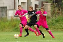Fotbalisté Počítek (v růžovém) doma v sobotu zdolali Jiskru Měřín 4:2.