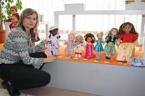 Osmnáct soutěžních modelů dětských návrhářů je na panenkách k vidění v obchodě Dany Dobřichovské na žďárském náměstí Republiky, kde jsou k dispozici i hlasovací lístky.