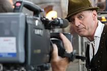 Televizním pořadem Šumná města  provází diváky akademický architekt a herec divadla Sklep David Vávra.