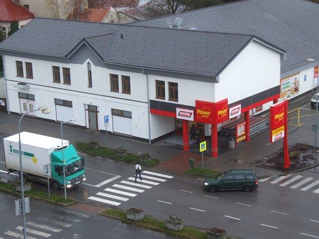 Přejít ulici Masarykova u místních bytovek a supermarketu je velká hra s rizikem.