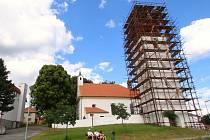Oprava věže kostela svatého Bartoloměje v Radostíně nad Oslavou začala. Její rekonstrukci financují farnící s významným přispěním obecní samosprávy a Kraje Vysočina.