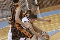 Žďárský basketbalista Dominik Socha v nájezdu mezi dva obránce stejně jako celý jeho tým neuspěl.