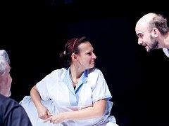 Pacienty léčebny ztvárnili Pavel Štěpán (vlevo) a režisér hry Jakub Vyvážil. Dramaturgyně Markéta Ketnerová se ujala role zdravotní sestry.