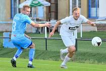 V pátečním přípravném utkání sehráli divizní fotbalisté Žďáru (v bílém) proti Znojmu partii dvou naprosto rozdílných poločasů.