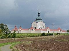 Z kostela svatého Jana Nepomuckého ve Žďáře budou opět znít zvony. Budou tři a budou zasvěceny svatým Cyrilu a Metodějovi, Zdislavě a Vojtěchovi.