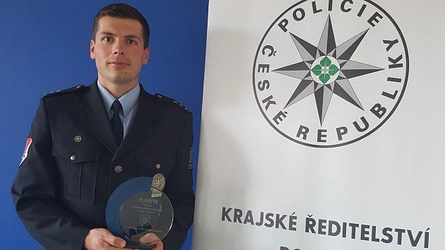 Žďárský policista Stanislav Sochor zachránil život své sousedce.