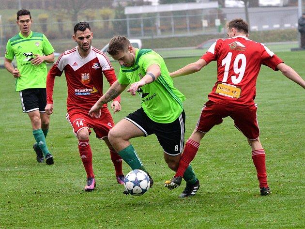 V derby mezi fotbalisty Velkého Meziříčí (v červeném) a Vrchoviny (v zeleném) bral body klub z Nového Města.