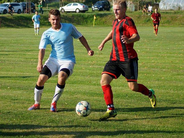 Hráči Nedvědice (ve světlém) i Moravce  vyšli o víkendu naprázdno. Nedvědice v derby podlehla Štěpánovu, Moravec nestačil na druhou Náměšť.