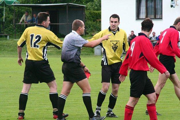 Bohdalovský obránce Michal Štikar (uprostřed) si odpykává trest za červenou kartu. Svému týmu chyběl i v Náměšti.