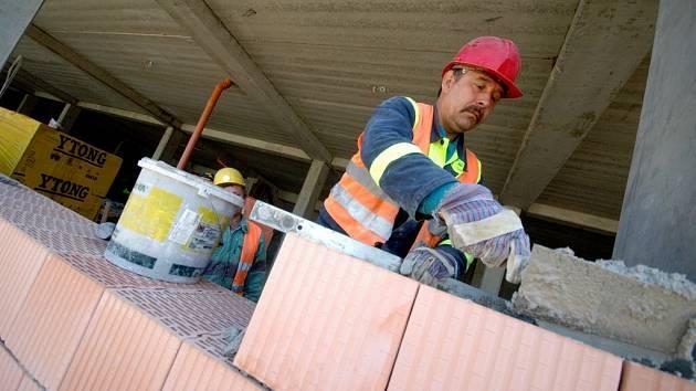 Zaměstnavatelé na Žďársku postrádají kvalifikované pracovníky. Patří mezi ně například išikovní zedníci.