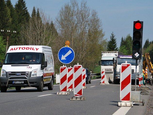 Ve středu se poprvé objevily semafory na silnici I/37 mezi Vojnovým Městcem a Karlovem na Žďársku, kde začala oprava mostu na komunikaci I/37. Stavební práce by měly být dokončeny do 13. září.