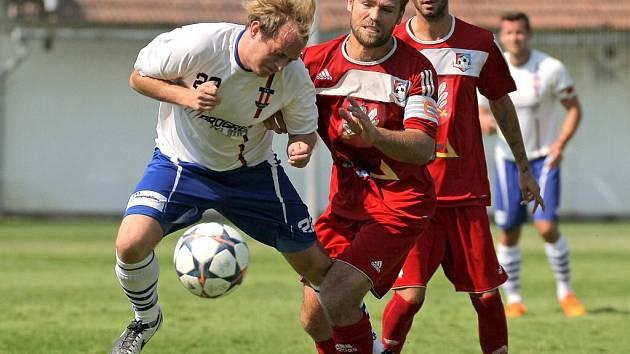 Fotbalisté Velkého Meziříčí (v červených dresech Jaroslav Krejčí a Robin Demeter) zvládli premiérovou sezonu velmi dobře. Na ni by rádi navázali i v té druhé.