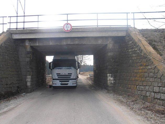 Kamion uvízl pod železničním mostem.