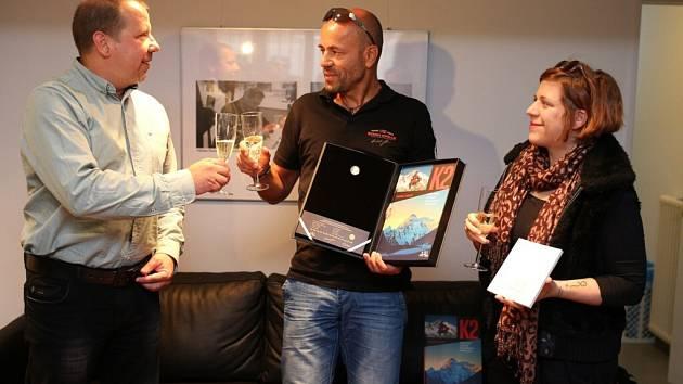 Radek Jaroš se svou dcerou Andreou Jarošovou a speciální edicí medaile a knihy.