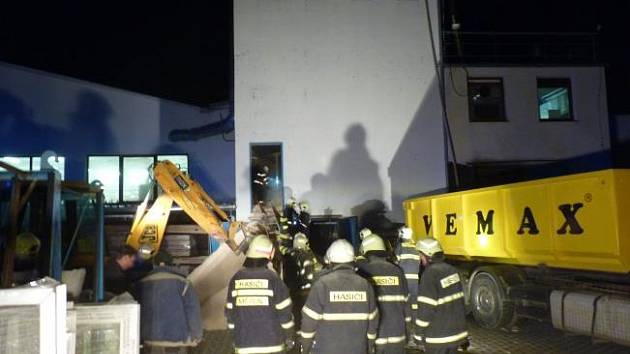 Ve čtvrtek odpoledne byl na linku tísňového volání HZS Kraje Vysočina ohlášen požár pilin v sile v areálu společnosti sídlící na ulici Třebíčská ve Velkém Meziříčí.