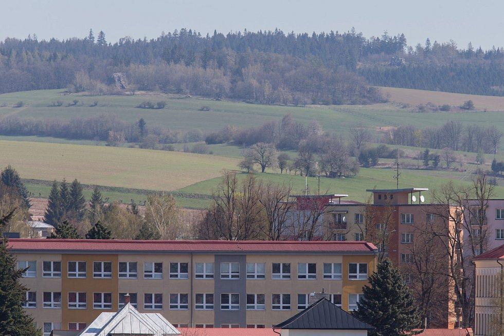 Pohled na Pohledeckou skálu z Nového Měst na Moravě.