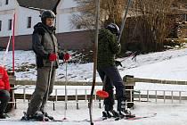 Zatímco vloni se v Novém Jimramově lyžovalo, letos zeje areál prázdnotou.