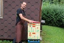 Miroslav Glier vede kroužek mladých včelařů v Novém Městě na Moravě.