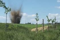 Zhruba třináct set obyvatel okrajové části Velké Bíteše museli policisté v neděli před polednem evakuovat. Důvodem byl nález letecké pumy.